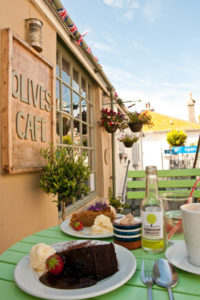 GOD MAT: Sjømat er det mye av i St. Ives, men i de mindre gatene innover i byen finner du rolige steder. Olives Cafe er drevet av et italiensk par, og de lager all mat fra grunn av. De er kjent for sine hjemmelagde kaker. FOTO: OLIVER ORSKAUG