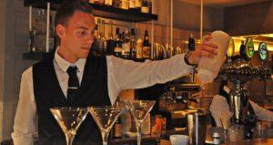 Bartenderen tryller FOTO: Per Kristian Johnsen