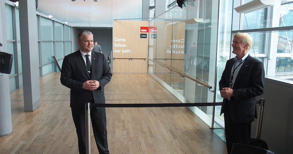Statssekretær Tom Cato Karlsen skal straks fjerne båndet som er siste stengsel mot rulletrappen. Til høyre konsernsjef Dag Falk-Petersen i Avinor