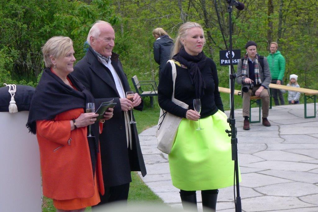 Fra avdukingen av de siste skulpturene.  Fra venstre kulturminister Thorild Widvey, Christain Ringnes og direktør for Ekebergparken Ina Johannesen