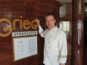 Nydelig mat og god stemning i Grieg Steakhouse med priser fra 165 kroner for 200 gram Fjord Line Burger til Tournedos som koster 290 kroner for 200 gram. Foto: Harald Bråthen
