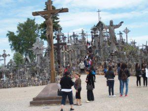 Hvis Gud helbredet hans datter ville han sette opp flere kors på åsen rett ved huset.