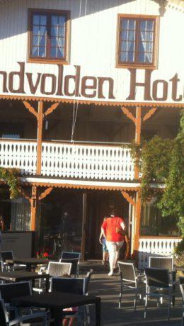 Ærverdige Sundvolden Hotel – opprinnelig en skyss-stasjon - har servert mat til veifarende i flere hundre år. (Foto: Harald Bråthen)