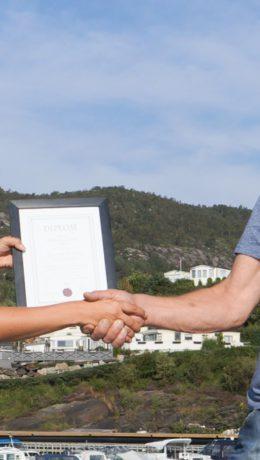 Vivian Wee overrekker prisen til årets campingplassvert, Kåre Arvid Wold