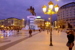 Alexander den store ruver på den mektige statuen i sentrum av Skoplje