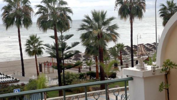 Et glimt fra terrassen vi hvert år disponerer langs playaen. Dette bildet kunne vært tatt mange eksotiske steder, men er altså fra Nerja.