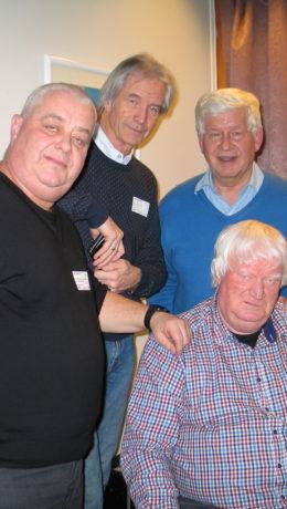 Programlederen Knut Jeppsson omgitt av fra venstre Per Kristian Johnsen, Rolf Forsdahl og Harald Bråthen