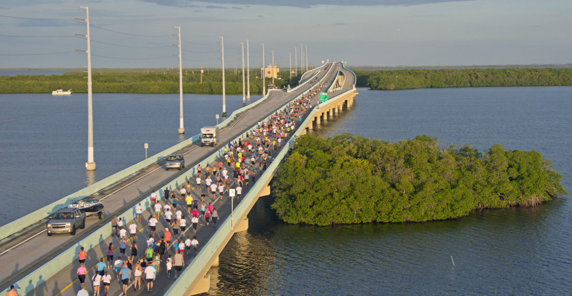 Deltagere i Key Largo Bridge Run krysser Jewfish Creek Bridge. Broa er en av 42 broer som utgjør Florida Keys Overseas Highway og binder sammen øyrekken med Florida-halvøya. (Andy Newman/Florida Keys News Bureau/HO)