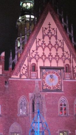 Østfasaden av råduset med den astronomiske klokken, funkler i rosa lys. Foto:E.Kristoffersen