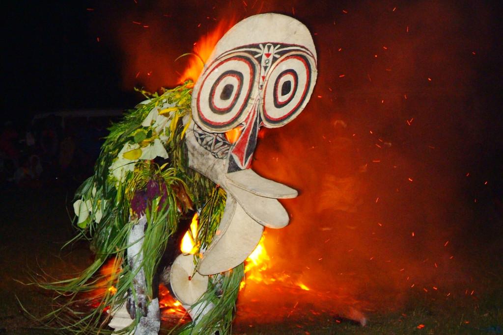 Baning- folkets tradisjonelle ilddans i Kangunan Village. Foto: Creative Commons