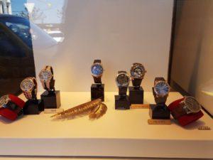 Klokker for ½ mill: I et lite utstillingsvindu kan du fort se klokker til en samlet verdi av nærmere en million foto Gullen Øyehaug
