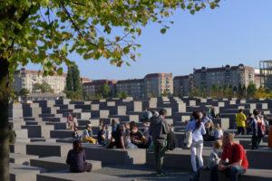 Noen av de 2711 betongklossene til minne om grusomhetene i Europa