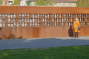 En minnevegg ved Bernauer Strasse med bilder av dem som ble drept ved Muren