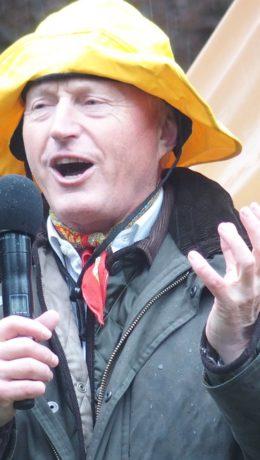 Utrettelige Christian Ringnes ønsker velkommen i pøsende regnevær