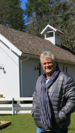 SJEFEN: Hotelleieren Henning Forsberg foran det nybygde kapellet.