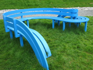 """Modified Social Bench"".Fargerikt i skulpturparken."