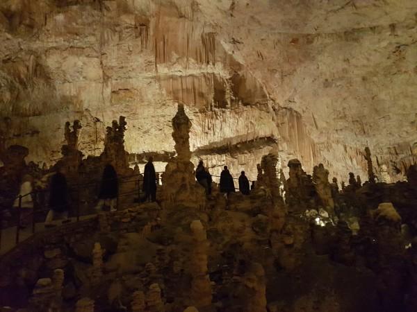 Imponerende dimensjonert og syn i grottene