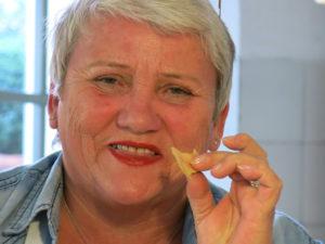NAM NAM:Brit Waag fra Skien nyter en smakebit av dagens lunsj.