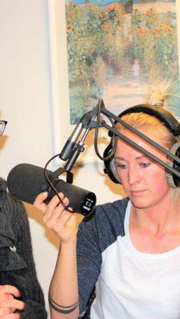 Rikke Jeppsson (til høyre) var ikke vond å be da pappa Knut trengte en erstatter. Her intervjuer hun Cathrine Pia Lund fra Innovasjon Norge.