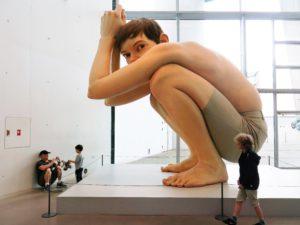 BOY:Den lille gutten lar seg imponere av den store gutten.