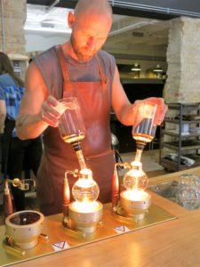 GOD KAFFE: Søren Stilla lager byens beste kaffe på Great Coffee og ikke på den gammeldagse måten!