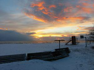 UT PÅ TUR:Strendene i Pärnu er fantastiske om vinteren også.En spasertur i solnedgangen glemmes ikke lett.