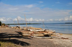 På stranden ligger båtene klare for utflukt