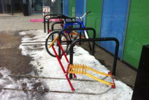 Sparkstøttingene deler parkeringsplassen med syklene i Elverum.