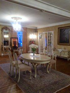 Ballsalen:Det gule rommet er fra 1850 og har kopi av det opprinnelige tapetet på veggene.