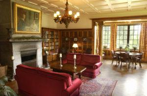 BIBLIOTEK:Kos deg med bok i dette vakre rommet.
