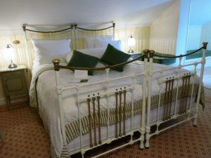 KONGESENG: Kong Haakons lange seng er i dag bryllupsseng.