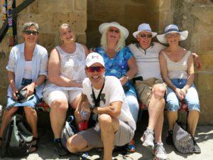 CARPE DIEM:Reiseleder Marios med noen av gruppen til Pafos.