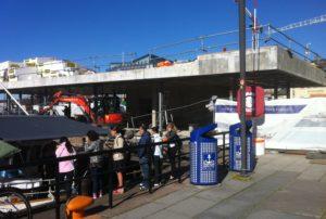 Fisketorget i Oslo - Pipervika - blir liggende ved siden av de tradisjonelle fiskebåtene.
