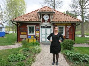 MUSEUM:Sarah er resepsjonist og omviser på Dufweholm. Her ved en liten stue med reklameskiltsamling.