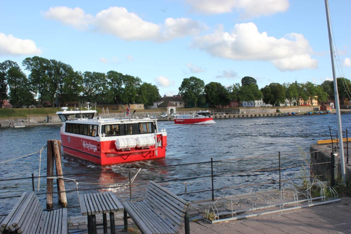 To av Fredrikstad-ferjene på Glommma med Gamlebyen i bakgrunnen.