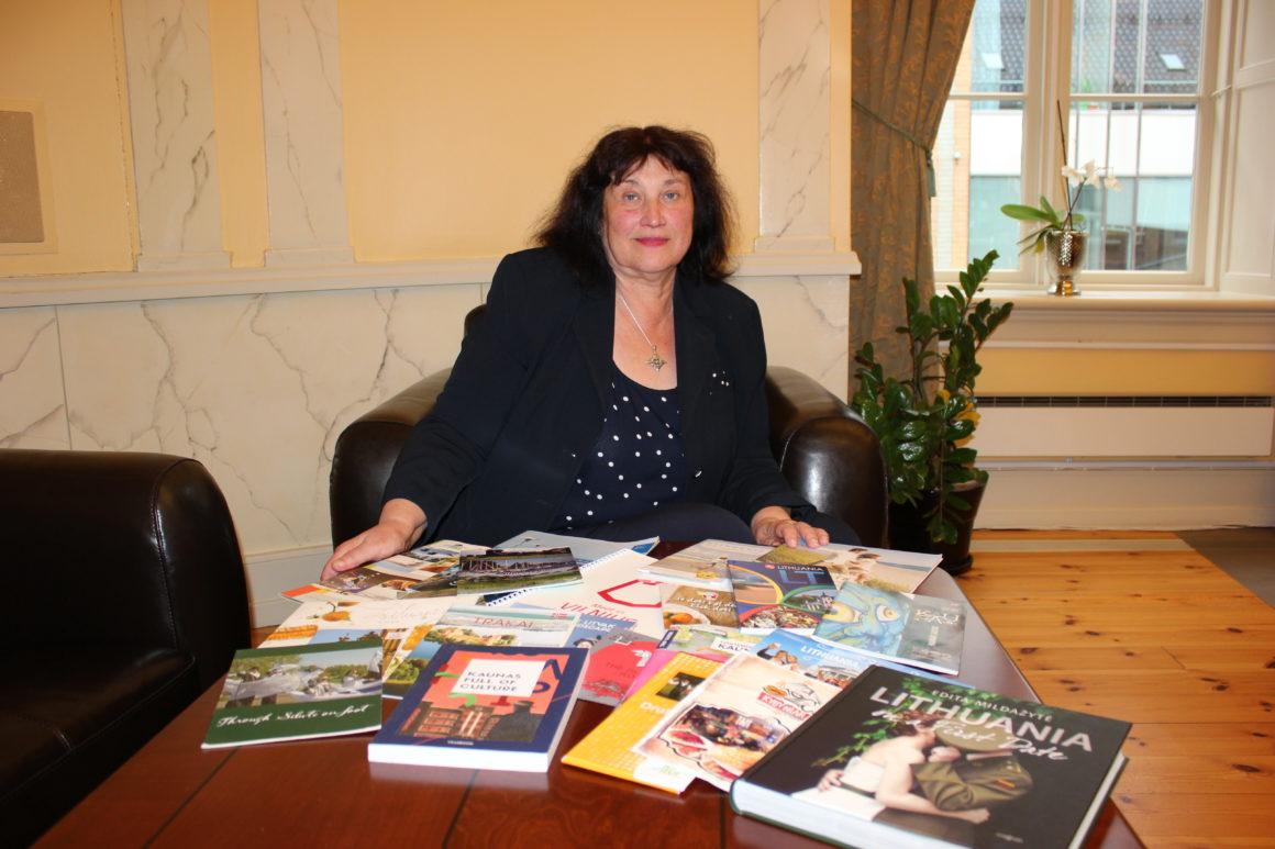 Vil du ha fri og fred fra shopping og myldrende folkeliv, vet jeg ikke noe bedre å anbefale enn spabesøk eller en reise ut til innsjøene, sier Izolda Bričkovskienė, med bordet fullt av turistbrosjyrer fra Litauen.