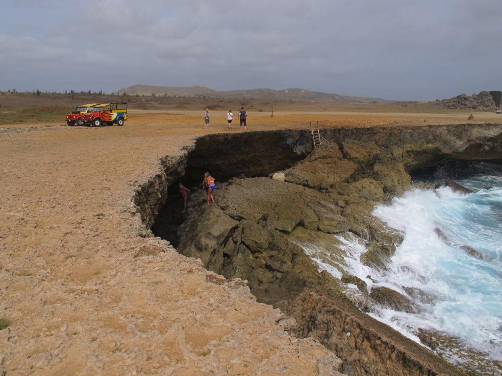 Jeepen tar en stopp så turistene får bade mellom klippene i Afrikok nasjonalpark.