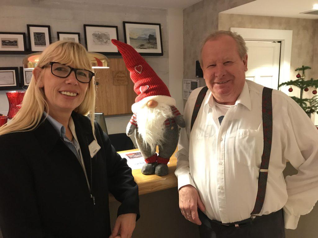 Vertskapet på Gjestegaarden, Elling Eikerapen og niesen Sandra Lindefjeld Hodne gleder seg til en lysende jul -og med mange både små og store nisser,