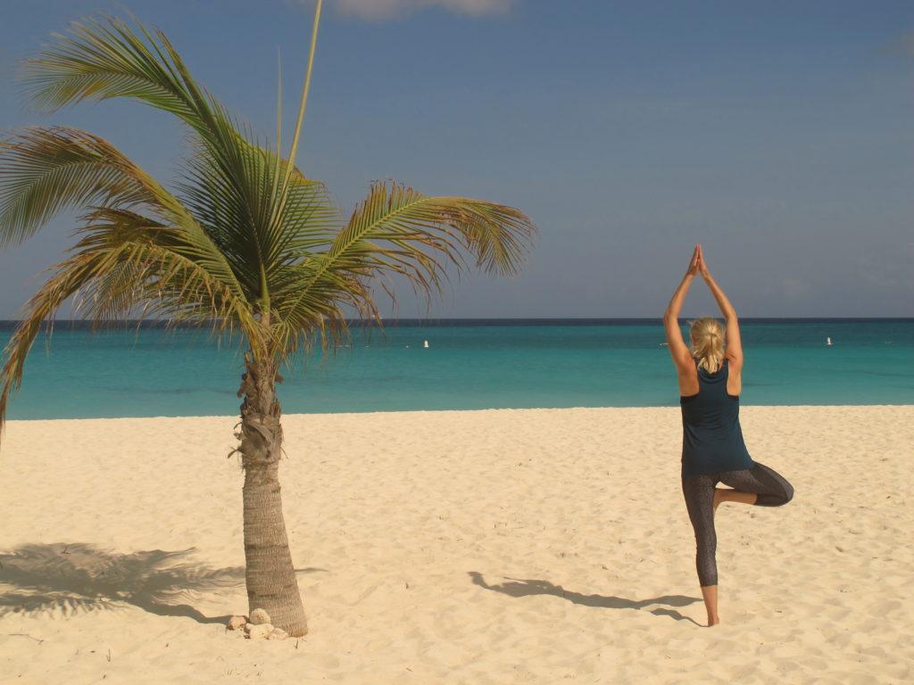 Yoga kan praktiseres ute og inne - til lands og til vanns.